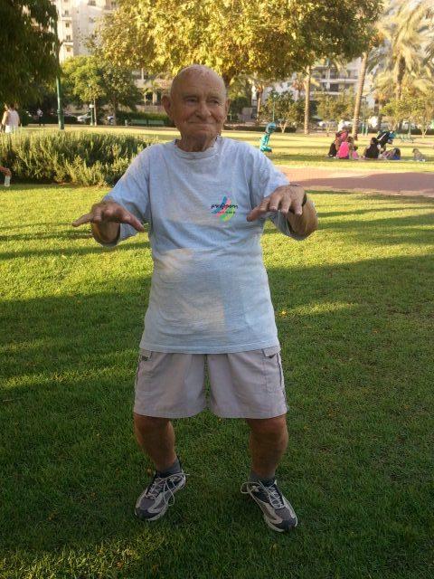 איש צעיר בן 98 נהנה מכל רגע