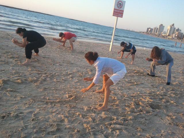 צ'י גונג בשקיעה על חוף תל אביב