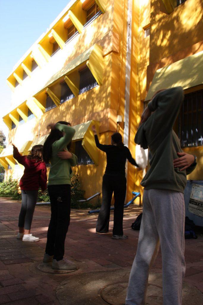 תלמידי חטיבת ביניים מתנסים בטאי צ'י